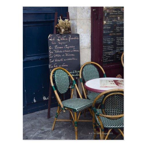Tabla del café con las sillas de bastón en París,  Postales