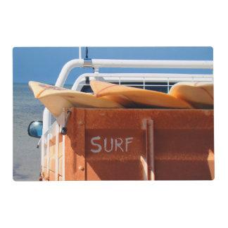 Tabla hawaiana de la resaca que practica surf salvamanteles