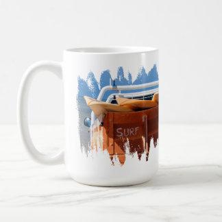Tabla hawaiana de la resaca que practica surf taza de café