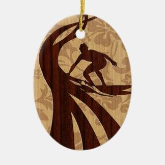 Tabla hawaiana de madera de la persona que adorno navideño ovalado de cerámica