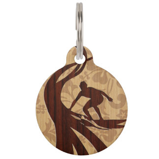 Tabla hawaiana de madera de la persona que placas de mascota