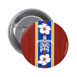 Tabla hawaiana de madera falsa tribal de Honu Pin Redondo De 2 Pulgadas