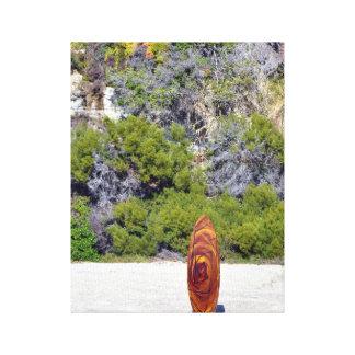 Tabla hawaiana en una playa lona estirada galerías