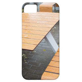 Tablas al aire libre mojadas del café en la calle iPhone 5 carcasas