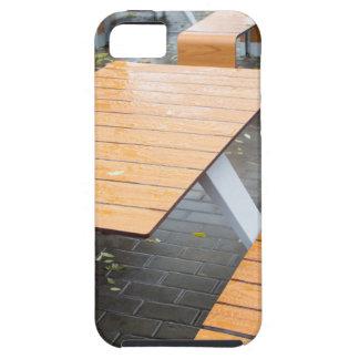 Tablas al aire libre mojadas del café en la calle iPhone 5 fundas