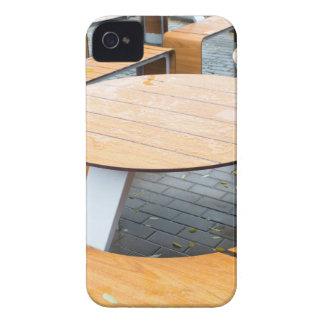 Tablas al aire libre redondas mojadas del café en iPhone 4 cobertura