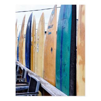 Tablas hawaianas del vintage en la playa de postales