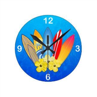 Tablas hawaianas e hibisco reloj redondo mediano