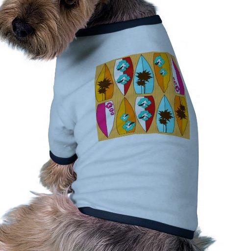 Tablas hawaianas en el tema de la playa del verano camiseta con mangas para perro