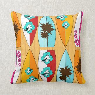 Tablas hawaianas en el tema de la playa del verano almohadas