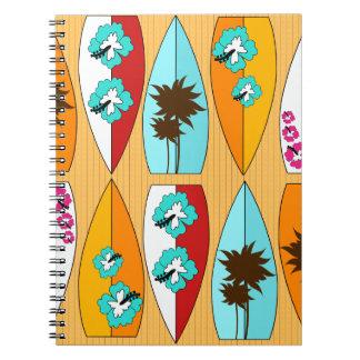 Tablas hawaianas en el tema de la playa del verano cuaderno