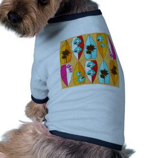 Tablas hawaianas en el tema de la playa del verano camisetas de mascota