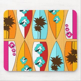 Tablas hawaianas en el tema de la playa del verano mousepads