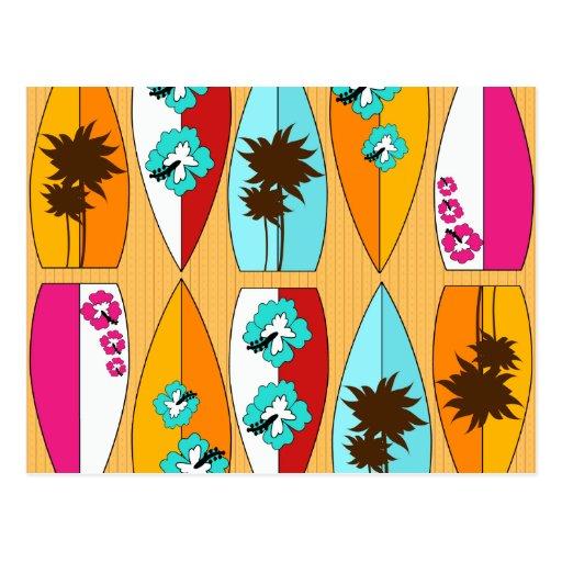 Tablas hawaianas en el tema de la playa del verano postal