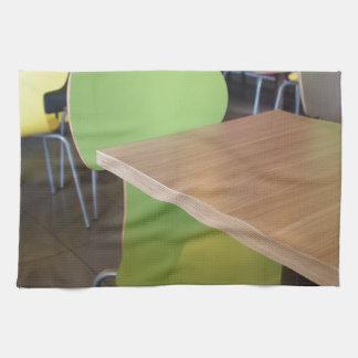 Tablas y sillas de madera en una comida rápida toallas