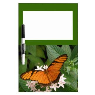Tablero anaranjado de la nota de la mariposa de Ju Pizarra Blanca