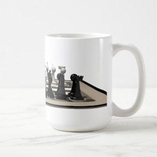 Tablero de ajedrez con los pedazos de ajedrez tazas