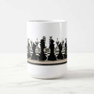 Tablero de ajedrez con los pedazos de ajedrez: taza clásica