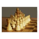 Tablero de ajedrez de madera y tarjeta en blanco d