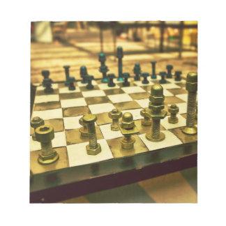 Tablero de ajedrez fresco con las nueces - y - per blocs de notas