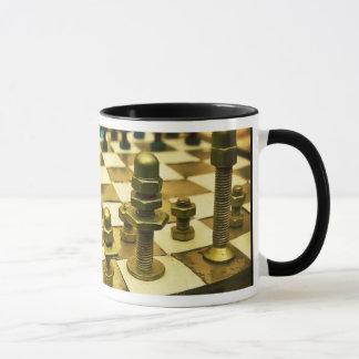 Tablero de ajedrez fresco con las nueces - y - taza