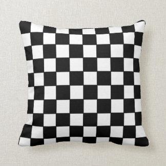 Tablero de damas en blanco y negro cojines