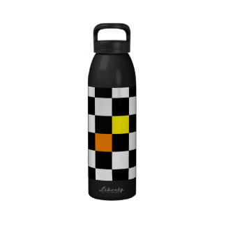 Tablero de damas negro, blanco con color amarillo- botellas de beber