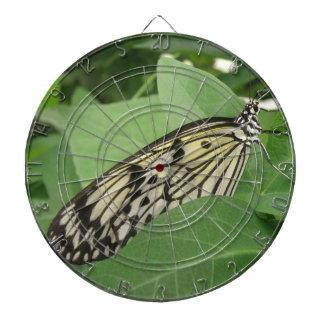 Tablero de dardo macro de la mariposa de papel de
