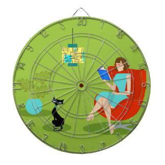 Tablero de dardo retro de la mujer de la lectura