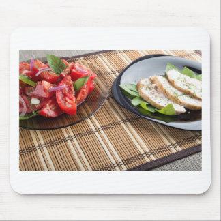 Tablero de la mesa con los platos hechos en casa alfombrilla de raton