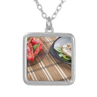 Tablero de la mesa con los platos hechos en casa collar plateado