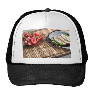 Tablero de la mesa con los platos hechos en casa gorros bordados