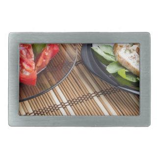 Tablero de la mesa con los platos hechos en casa hebilla cinturon rectangular