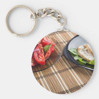Tablero de la mesa con los platos hechos en casa llavero redondo tipo pin