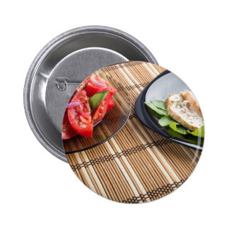 Tablero de la mesa con los platos hechos en casa pin redondo de 2 pulgadas