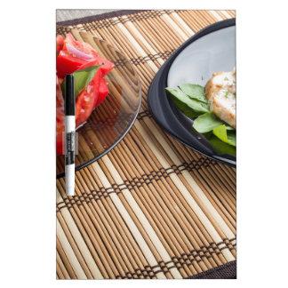 Tablero de la mesa con los platos hechos en casa pizarras blancas