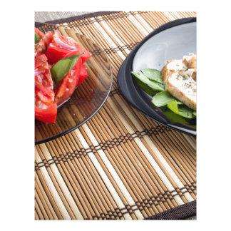 Tablero de la mesa con los platos hechos en casa plantilla de membrete