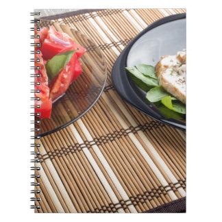 Tablero de la mesa con los platos hechos en casa spiral notebook