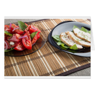 Tablero de la mesa con los platos hechos en casa tarjeta de felicitación