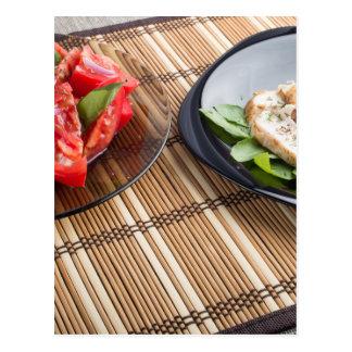 Tablero de la mesa con los platos hechos en casa tarjetas postales