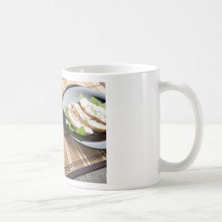 Tablero de la mesa con los platos hechos en casa taza