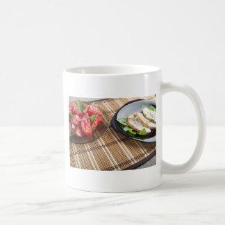 Tablero de la mesa con los platos hechos en casa taza clásica