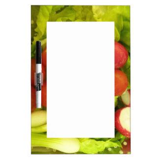 Tablero de la nota de las verduras de ensalada pizarras blancas