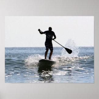 Tablero de paleta que practica surf 2, Copyright K Póster