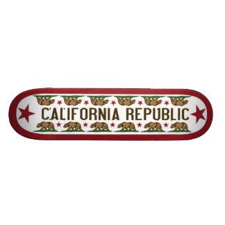 Tablero del patín de California con el oso de Cali
