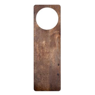 Tablero gastado del pino colgador para puerta