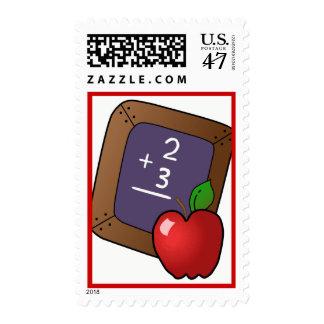 tablero negro del apple_and_slateboard, tiza, timbres postales