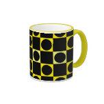Tablero negro y amarillo taza