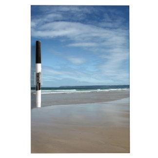 Tablero y pluma secos del borrado de la playa de S Pizarras Blancas
