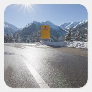 tablón de anuncios en un camino del invierno 2 ne calcomanía cuadradas